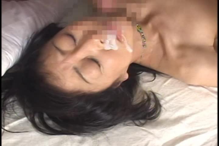 フェラや手コキ、濃厚セックスでシゴいた肉棒から溢れる精子を顔射で受け止める淫乱熟女達。