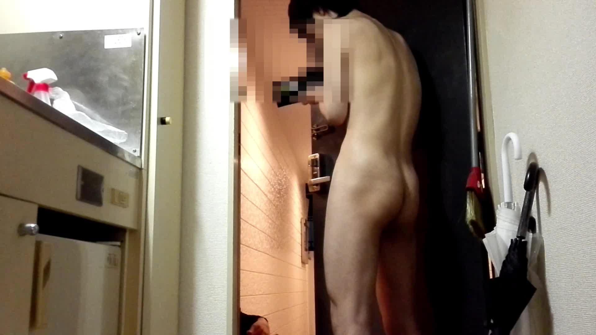 露出好きの24歳男子が全裸で出前応対!