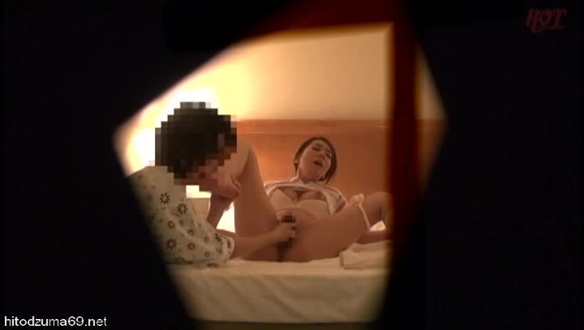 【隠し撮り】美熟女マッサージ師が強引なお客の愛撫に理性崩壊、寝取られファック!