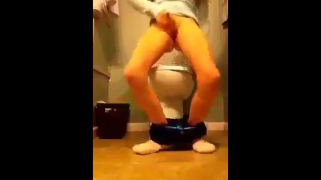 自分撮り トイレで白人の子がオナニー